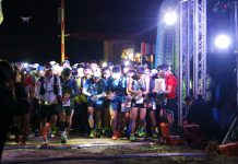 三月二日的早晨,霧氣遮蔽賽道,晨露蔭濕了地面,天還沒亮起來的那會兒,選手已然在起跑點準備出發。這天是2019棲蘭100林道國際越野賽。