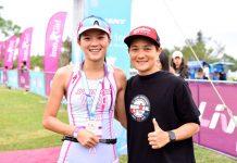 「鐵人一姊」李筱瑜(右)幫Liv Iron Girl的冠軍王千由(左)掛上完賽獎牌