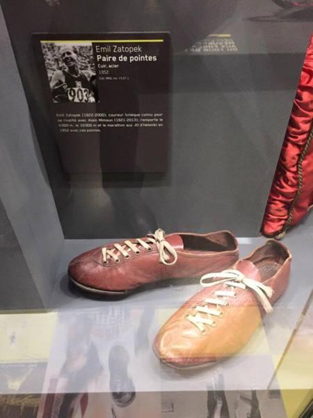 這雙鞋,寫著他的故事與往事。法國的尼茨博物館收藏了他的戰鞋。願我們能一再看見運動員們出色的表現,而不再看見被破壞而瓦碎的和平。