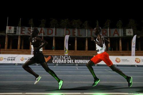 圖:Josha Cheptegei在瓦倫西亞10000m比賽時,起跑後同集團共4位跑者中除了他以外都是pacer(圖片來源: CNN)